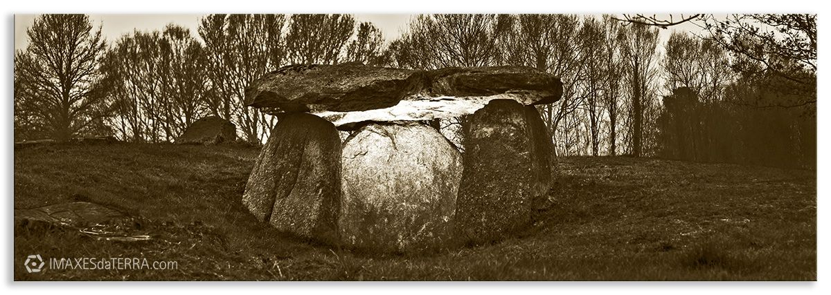 Comprar fotografía Galicia Dolmen de Cabaleiros Naturaleza Tordoia A Coruña Neolítico Decoración Paisajes, sepia